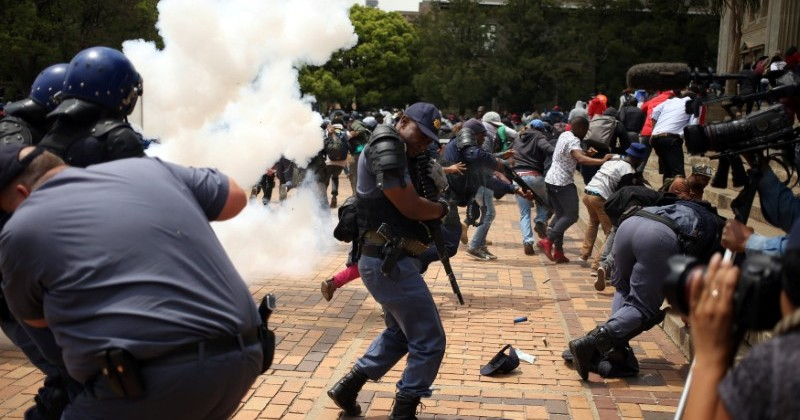 Students clash with South African police at Johannesburg's University of the Witwatersrand, South Africa, October 4,2016. REUTERS/Siphiwe Sibeko